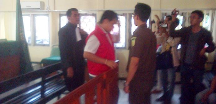 Acai usai dituntut di PN Tanjungpinang. Foto IAN
