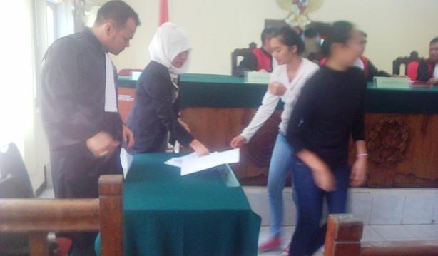 Dua model usai divonis di Pengadilan Negeri Tanjungpinang, Foto Ian