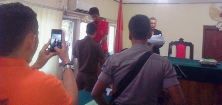 Hasyim usai tandatangani putusannya di PN Tanjungpinang. Foto Ian