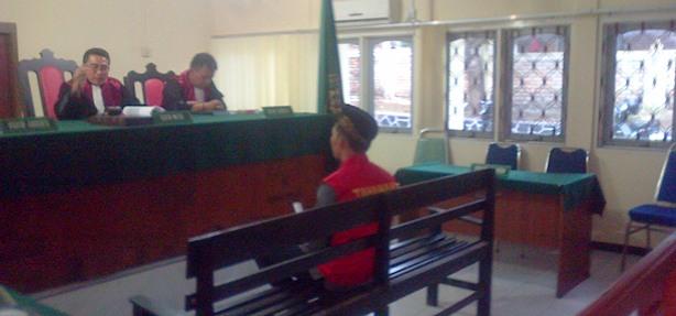 Terdakwa duduk di kursi pesakitan PN Tanjungpinang. Foto Ian