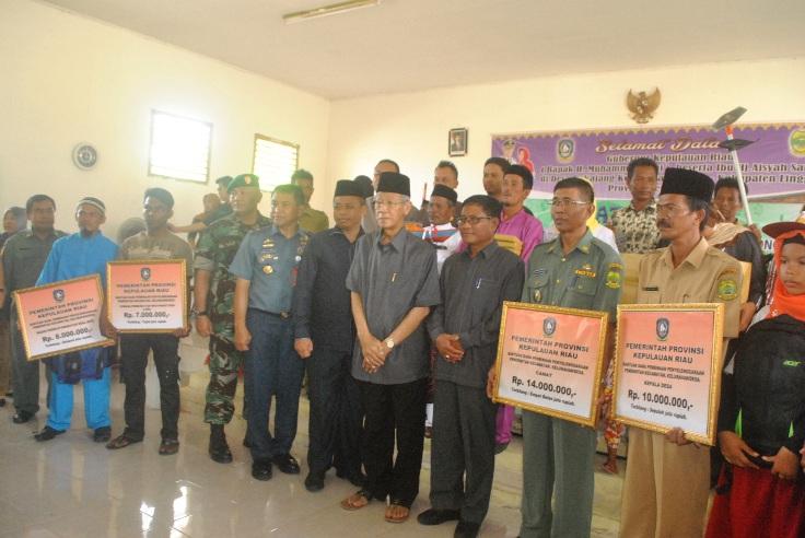 Gubernur Kepri, Drs. HM Sani Foto bersama dengan masyarakat Pulau Pekajang. Foto Ian