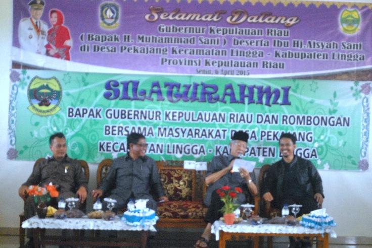 Gubernur Kepri, Drs. HM Sani yang didampingi anggota Dewan Kepri, Ing Iskandarsyah. Foto Ian