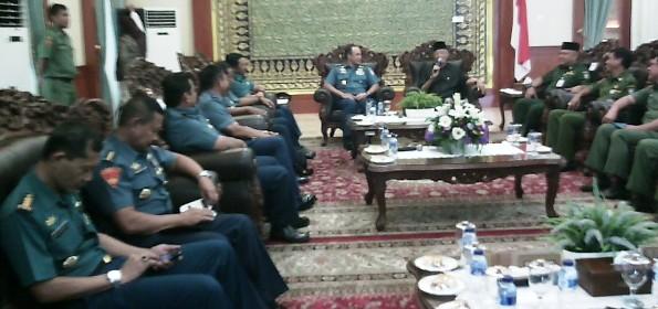 Gubernur Kepri saat menyambut kunjungan rombongan Kasal. Foto ALPIAN TANJUNG