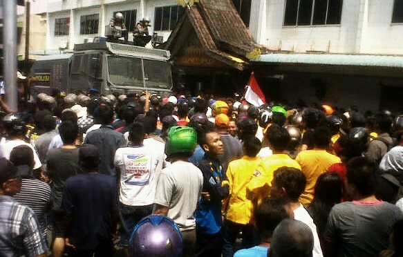 Masyarakat Demo di Kantor PLN