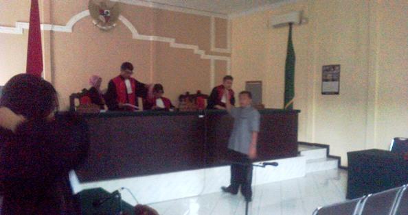 Safrizal usai mendengarkan tuntutannya di Pengadilan Tipikor Tanjungpinang. Foto ALPIAN TANJUNG