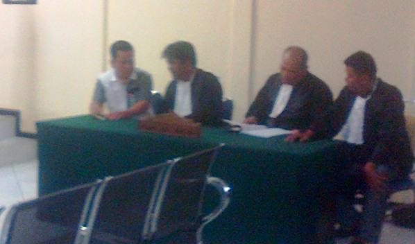 Yusrizal saat konsultasi dengan penasehat hukumnya. Foto ALPIAN TANJUNG