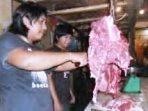 Adek-lagi-memotong-dagin-sapi-segar (1)