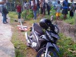Sepeda motor pelajar setelah nabrak rambu jalan di depan Pelnus. Foto NOVENDRA