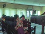 Terdakwa Apeng saat mendengarkan putusan dari majelis hakim di PN Tanjungpinang. Foto ALPIAN TANJUNG