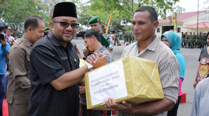 Wali Kota Tanjungpinang, Lis Darmansyah saat menyerahkan sembako kepada warga