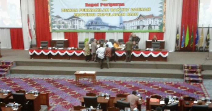 Rapat Paripurna DPRD Kepri. Foto RUDI PRASTIO