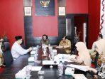 Ketua DPRD Kepri Jumaga Nadeak Saat Pimpin Rapat