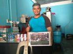 Pemilik Kedai Kopi Daydo, Daydo Saat Memegang Kotak Sedekah.Foto NOVENDRA