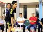 Bupati Bintan Apri Sujadi Saat Menyaksikan Pertandingan Persahabatan Takraw Antara Tim Bintan - Malaysia