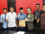 Ketua DPRD Kepri Jumaga Nadeak Foto Bersama Dengan Perwakilan Nelayan Anambas