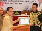 Bupati Bintan Apri Sujadi Saat Menerima Penghargaan Dari Direktur IPDN Kampus Sumatera Barat