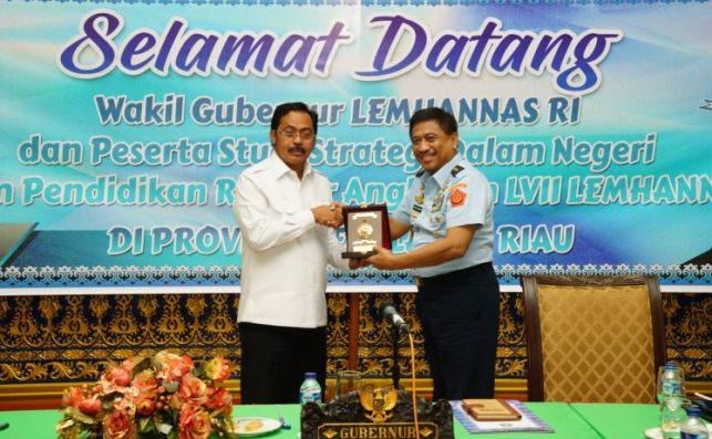 Gubernur Kepri Nurdin Basirun Foto Bersama Wakil Gubernur Lemhannas RI, Marsekal Madya Bagus