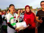 Ketua PKK Bintan Deby Maryanti Saat Menyerahkan Piala Kepada Tim Sepak Bola Wanita Batu Licin