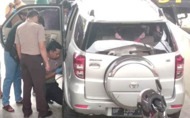 Polisi Saat Memeriksa Mobil Toyota Rush Terduga Pelaku Pembunuhan. Foto Istimewa