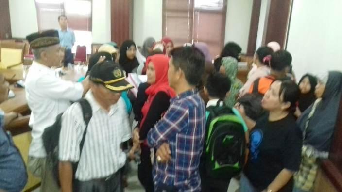 Puluhan Warga Batu Aji Saat Mendatangi Komisi IV DPRD Kota Batam. Foto JIHAN