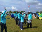 Wakil Bupati Natuna, Ngesti Yuni Suprapti Saat Memainkan layang – layang