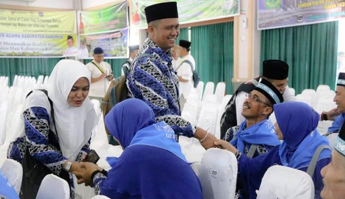 Bupati Bintan Apri Sujadi Dan Istri Saat Bersalaman Dengan Jamaah Calon Haji Bintan