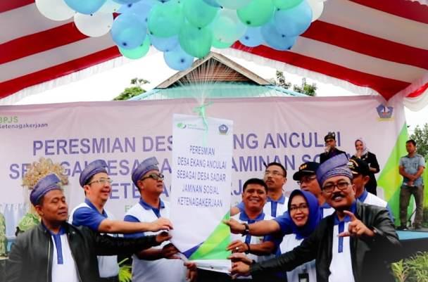 Bupati Bintan, Apri Sujadi Dan Wakil Bupati Bintan, Dalmasri Syam Saat Peresmian Desa Anculai Sebagai Desa Sadar Jaminan Sosial Ketenagakerjaan