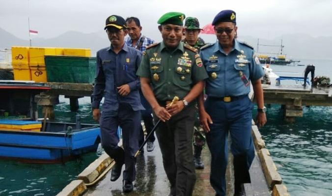 Danrem 033 WP Brigjen TNI Gabriel Lema Bersama Rombongan Saat Tiba di Pelabuhan