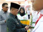 Wakil Bupati Bintan, Dalmasri Syam Saat Memakaikan Selendang Kepada Anggota Paskibraka