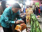 Wakil Bupati Bintan, Dalmasri Syam Saat Mengambil Sirih Diacara Pembukaan Malam Pentas Seni Kecamatan Bintan Timur