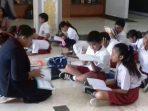 Suasana Belajar Murid SD di Lobi Gedung DPRD Kota Batam. Foto JIHAN