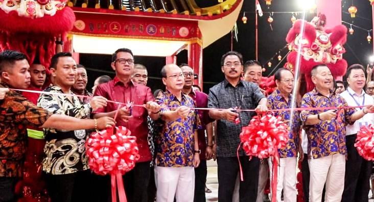 Bupati Bintan, Apri Sujadi Bersama Gubernur Kepri, Nurdin Basirun Saat Hendak Memotong Pita