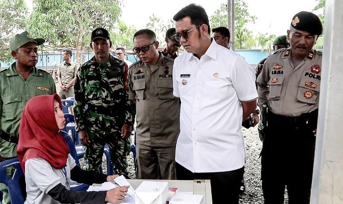 Bupati Bintan, Apri Sujadi Saat Meninjau Proses Pemilihan Kepala Desa