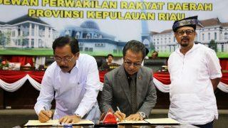 Gubernur Kepri, Nurdin Basirun Bersama Ketua DPRD Kepri, Jumaga Nadeak Saat Menandatangani Berita Acara Nota Keuangan dan Ranperda APBD 2019