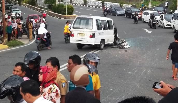 Suasana Dilokasi Kecelakaan Maut Didepan Mall Ramayana Tanjungpinang. Foto NOVENDRA