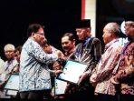 Wali Kota Tanjungpinang, Syahrul S.Pd saat terima Penghargaan oleh Ombudsman RI
