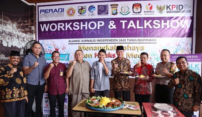 Ketua AJI Kota Tanjungpinang, Jailani Dan Walikota Tanjungpinang Syahrul Saat Foto Bersama