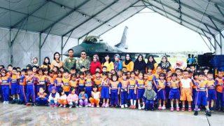 Puluhan Murid TK Angkasa Dan KB Angkasa Foto Bersama Usai Menyaksikan Pesawat F 16