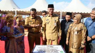 Wali Kota, Wawako dan Sekdako Tanjungpinang saat melaksanakan penandatanganan prasasti SDN 017 Tpi Timur