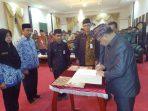 Bupati Lingga, Alias Welo saat melantik pejabat Pemkab Lingga
