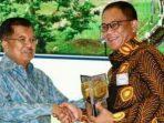 Bupati Lingga, Alias Wello Saat Menerima Penghargaan Dari Wakil Presiden Jusuf Kalla