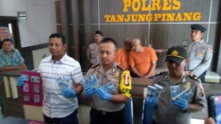 Kapolres Tanjungpinang, AKBP Ucok Lasdin Silalahi bersama Kasat Reskrim, AKP Efendri Ali saat tunjukan barang bukti pemerasan
