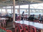 Para Pelanggan Saat Menikmati Makanan dan Minuman di Rumah Makan Cristal Fatima