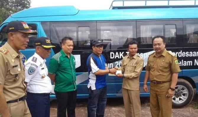 Wakil Bupati Lingga, Muhammad Nizar Saat Menyerahlan Bus Sekolah Kepada Kepala Desa Linau