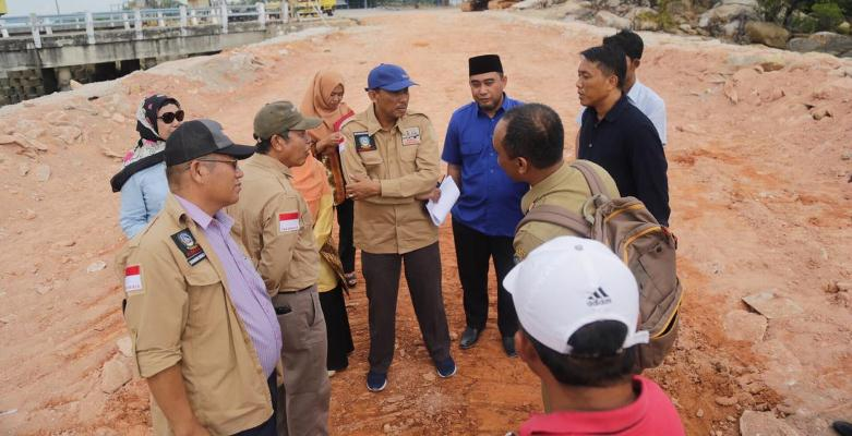 Anggota Komisi III DPRD Kepri Saat Berbincang di Lokasi Pembangunan Pelabuhan Parit Rempak