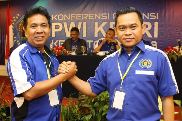 Ketua PWI Kepri, Candra Ibrahim salam komando bersama salah satu pengurus
