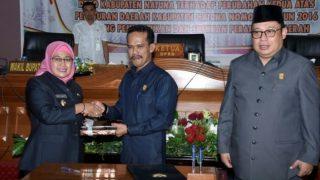 Ketua DPRD Natuna, Yusripandi Beserta Ketua II, Daeng Amhar Menyerahkan Secara Simbolis Perubahan Perda No 6 tahun 2016 Kepada Wakil Bupati Natuna, Ngesti Yuni Suprapti