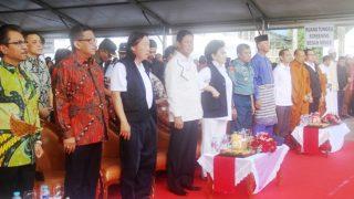 Ketua DPRD Kepri, Jumaga Nadeak Bersama Wakil Gubernur Kepri, Isdianto Saat Menghadiri Acara Pengobatan Gratis di Lapangan Pamedan Tanjungpinang