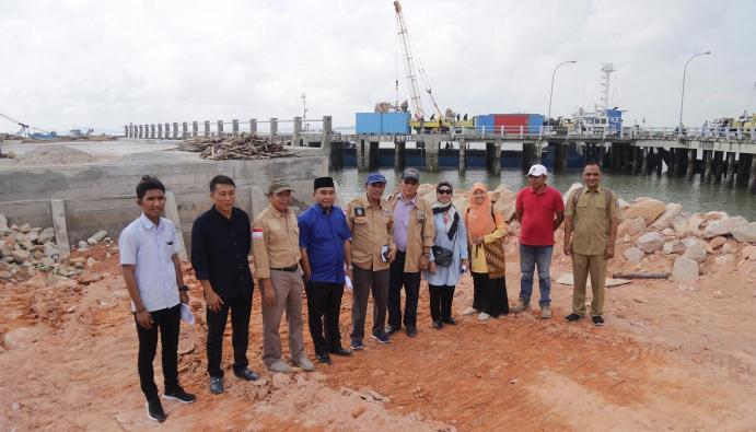 Rombongan Komisi III DPRD Kepri Foto Bersama di Lokasi Pembangunan Pelabuhan Parit Rempak Usai Melakukan Peninjauan