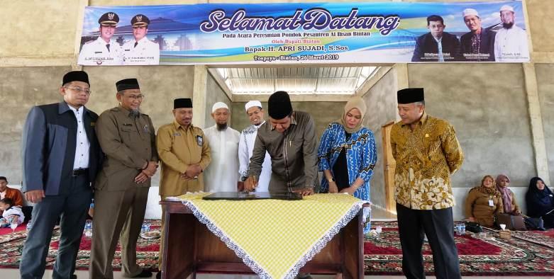 Bupati Bintan, Apri Sujadi Saat Menandatangani Prasti Pondok Pesantren Al Ikhsan